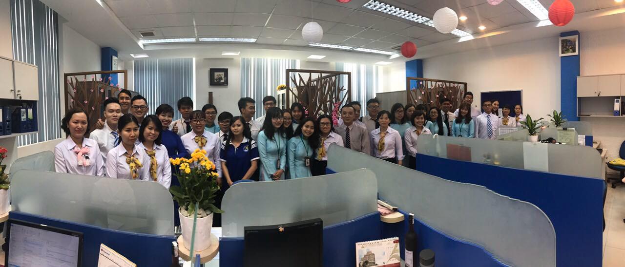 Các bạn sinh viên tahm quan tại Phòng Mua Dịch Vụ