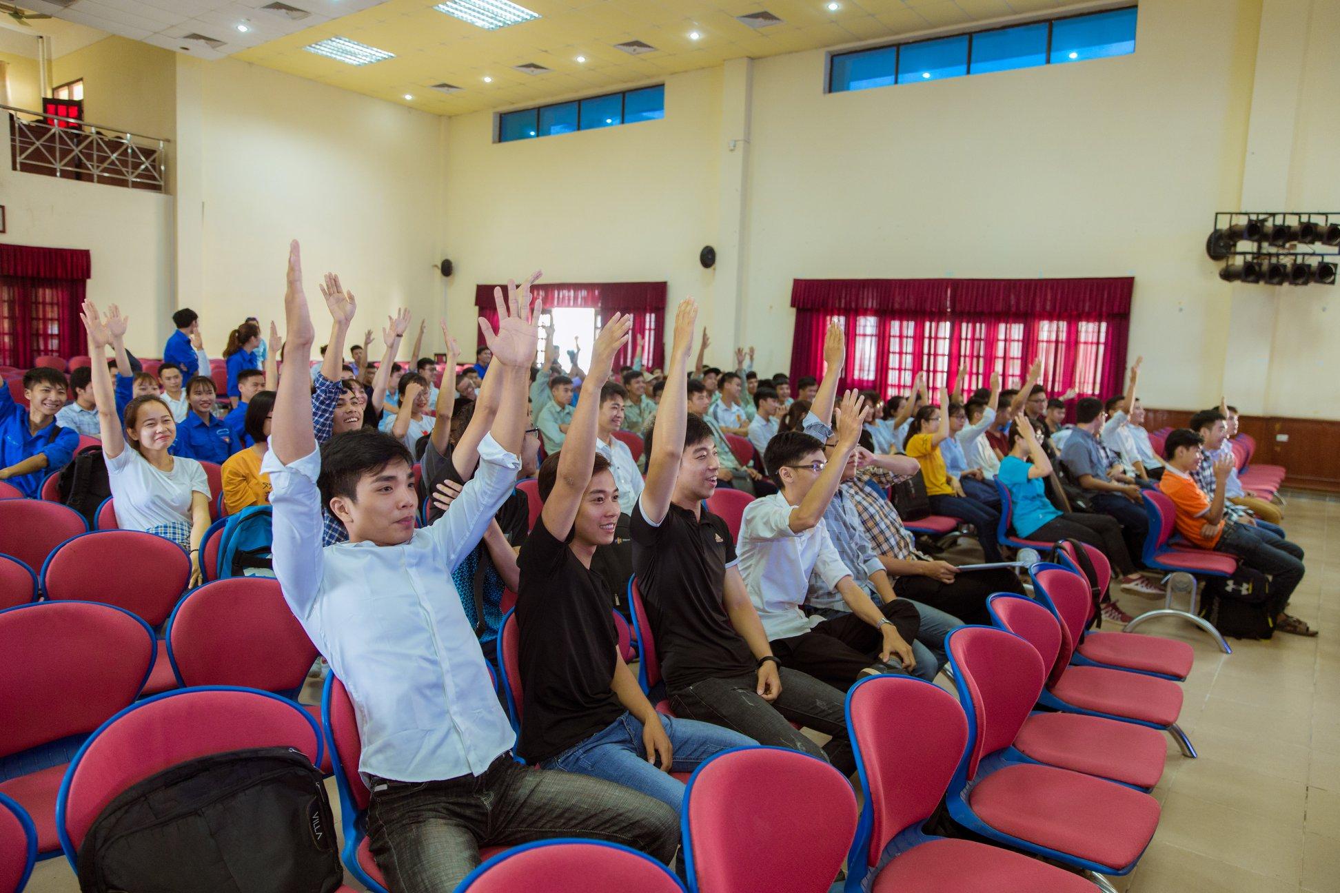 Sinh viên hào hứng tham gia Hội thảo trong chương trình Trao học bổng
