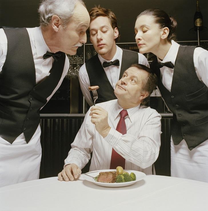 4 tình huống phục vụ bàn trong nhà hàng thường gặp nhất và hướng xử lý cho bạn