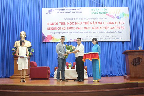 Ông Huỳnh Kim Tước, Giám đốc Facebook khu vực Châu Á - hoạch định chiến lược và phát triển của Facebook đến giao lưu với sinh viên của Trường Đại học Mở Tp.HCM