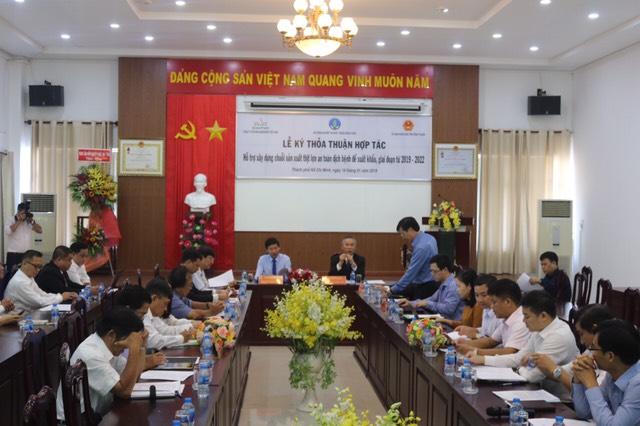 Lễ ký kết thỏa thuận hợp tác 'Hỗ trợ xây dựng chuỗi sản xuất thịt lợn an toàn dịch bệnh để xuất khẩu, giai đoạn từ 2019-2022', giữa Cục Thú y, Sở NN&PTNT Bình Thuận và Công ty CP GreenFeed Việt Nam