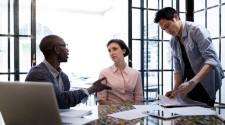 3 cách lịch sự để dừng những cuộc nói chuyện khó chịu tại nơi làm việc