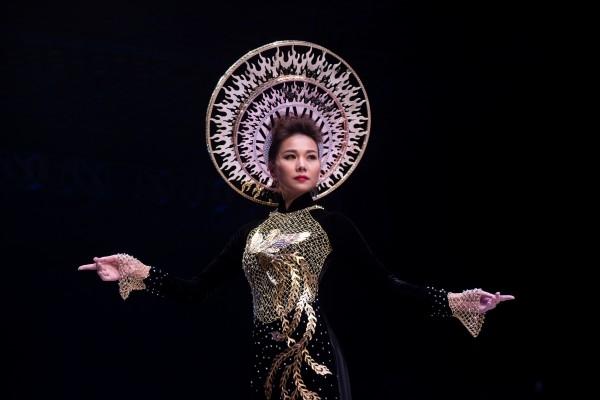 Thanh Hằng mặc áo dài dát vàng 1,2 tỉ đồng