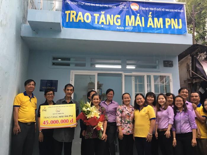 Trao tặng 02 mái ấm PNJ đến hộ gia đình khó khăn Quận Phú Nhuận