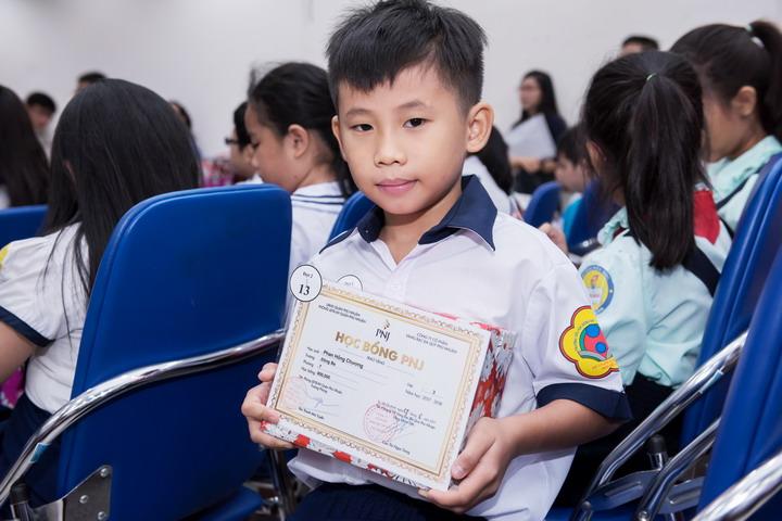 PNJ trao 100 suất học bổng cho học sinh, sinh viên nghèo vượt khó