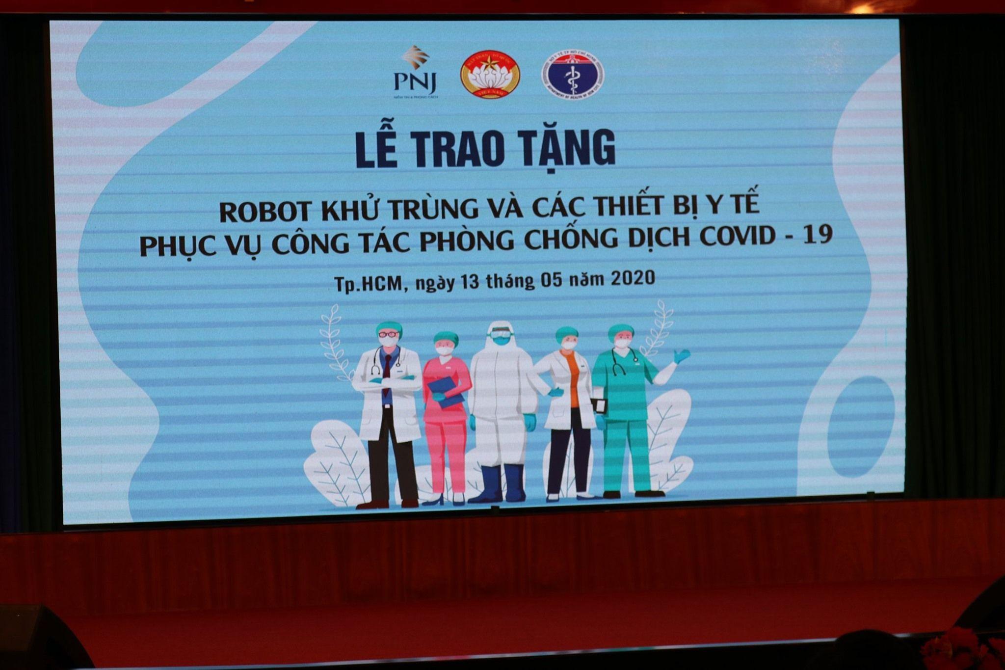 PNJ TRAO TẶNG 2 ROBOT KHỬ TRÙNG VÀ NHIỀU TRANG THIẾT BỊ Y TẾ CHỐNG DỊCH Ở TP.HCM